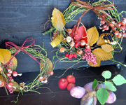 色づいた実を使って、木の実のリースを作りました。移動花屋出店先にて販売しています。