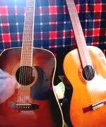 右は母のギター。母が弾いているのは見たことがありません。(途中で挫折したと予想される)