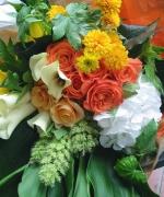 ピアノの発表会用の花束です。白いアジサイやオレンジ色のバラで華やかに。