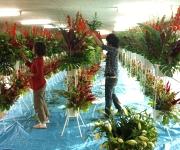スタンド花の制作風景。膨大な花で圧巻でした。