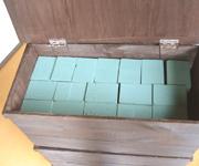 ペンキを塗って、キャスターと蓋をつけ収納ボックスを作りました。中には生花用の吸水スポンジを入れて。