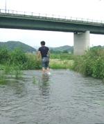 川の水は冷たくて気持ちよかったです。前日は大雨のため、数メートル横は濁流。キケン!