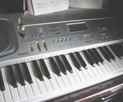 妹のキーボード。少し借りて弾いてみましたが、まったく指が動かなくてショックでした。