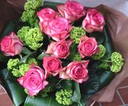 「カルーセル」という大輪バラの花束。これからバラの美しい季節です。