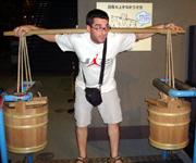 スペインからはるばるやって来て、東京で肥桶を担いだ彼。(江戸東京博物館にて)