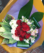 赤いバラをメインにした還暦祝いの花束です。バラはやっぱり好きな花。