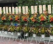 秋色の花材で作成したスタンド花です。(川口住宅公園内の積水ハウス様前)