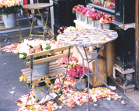 バラの花びらでとにかく目立つ店先。 道行く人々も思わず笑みがこぼれる美しさ。