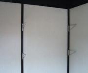 Before:ラックなどを置いてしまうと使えるスペースが狭くなるので、棚板をつけることに。