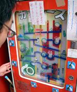 寄り道をして浅草の駄菓子屋で1回10円のコインゲーム。ゴールに入れることが出来て、お店のおばさんからサラミをもらいました。