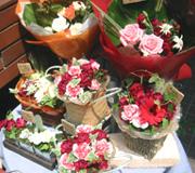 カーネーションや季節のお花をアレンジ。母の日当日の夕方には、お陰様で完売しました。 ありがとうございました!