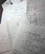 最近は特にガーデニングのお仕事を多く頂いています。建築中の工事現場での打ち合わせもしばしば。図面と睨みあいながらデザインを構築しています。