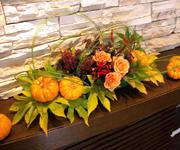 住宅展示場の生花ディスプレイです。こちらも秋らしい雰囲気で。