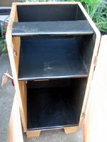工程1 不要になったオーディオラックに板を貼り付けて、木材で作った足を取り付けました。