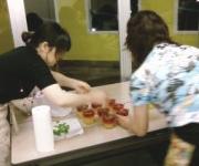 ハーブ料理のレッスンは人気のカリキュラムです。生徒さんの眼差しも真剣!