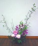 フラワー教室(中級)の生徒さん作品です。旬の芍薬を使って「和のあしらい」をテーマに。