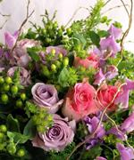 バラの花束。出荷が始まった春の花「スイトピー」を添えて。