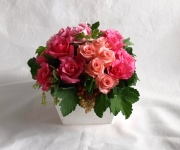 ご結婚祝いのアレンジ。3種のバラに、房すぐりという実を入れています。