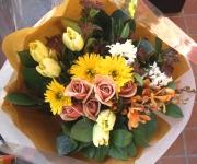 チューリップやヒヤシンスが入った春の花束です。