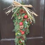 四季旅人のフラワー教室では、クリスマススワッグを作成。