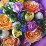 春の花たっぷりのカラフルな花束。