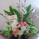 桜の花を入れた開店お祝いのアレンジメント。
