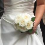 白いバラを束ねただけのシンプルなブーケ