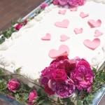 かわいいケーキを、ピンク色の花が引き立てます。