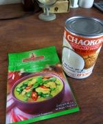 グリーンカレーフレークとココナッツミルク。タイ料理に挑戦予定。