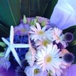 花束に貝殻を入れて海のイメージに。