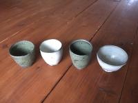 色も形も様々な湯呑。時に小鉢としても使用しています。