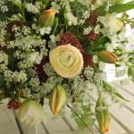 チューリップをメインにエレガントにまとめた花束。