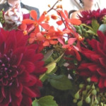 メインテーブルはシックな赤色のダリアをメインに。