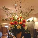 カフェのカウンターを華やかに演出する造花アレンジです。