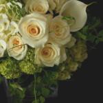 白とグリーンでまとめた花束。バラが美しい季節です。