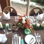 ゲストテーブルは秋色の花と、栗などの実をちりばめて。