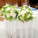 メインテーブルは白い花で上品に。