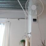ニトリの扇風機。部屋の空気の入れ替えにも一役買ってくれています。