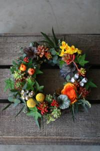 多肉植物やダークな色合いの葉を使って個性的な仕上がりに。