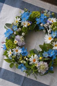 ブルーと白で爽やかに。初夏を感じさせる色合いです。