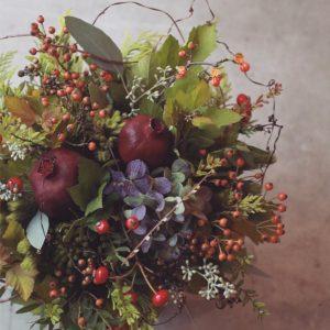 毎週お届けしているショールームの装花にも秋色アジサイを添えて。